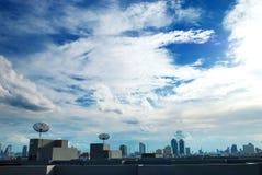 Dachspitze mit Satellitenschüssel- und Rohrzeilen Lizenzfreie Stockfotos