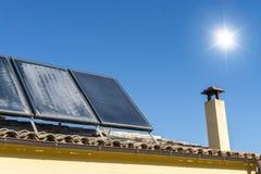 Dachspitze mit Sonnenkollektoren Lizenzfreies Stockfoto