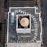 Dachspitze-Waßertürme auf NYC Gebäuden Stockfoto