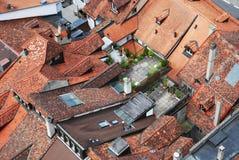 Dachspitzen der alten Stadt mit Dachgärten. Stockbilder