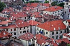 Dachspitzen in der alten Stadt von Kotor Stockbilder