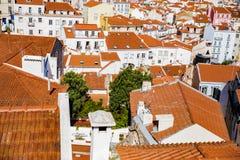 Dachspitzen der alten Stadt von Lissabon, Alfama Lizenzfreies Stockfoto