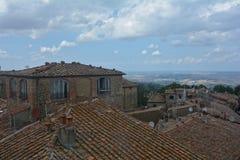 Dachspitzen der alten Stadt von Volterra in Italien Stockbild