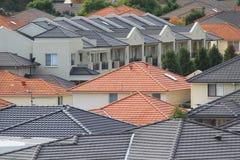 Dachspitzen der modernen Häuser stockbild