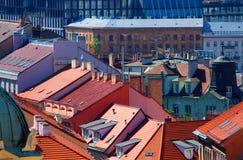 Dachspitzen der Prag-Häuser mit blauem Himmel im Hintergrund stockfotos