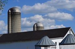 Dachspitzen der Scheune, der Silos und der Maiskrippen lizenzfreie stockbilder
