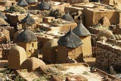 Dachspitzen eines traditionellen Dorfs in Mali Stockfoto