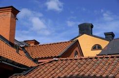 Dachspitzen mit Kaminen Stockbild