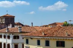 Dachspitzen mit roten Fliesen stockfotos