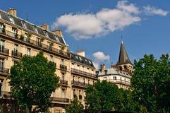 Dachspitzen und Balkone in Paris Stockbilder