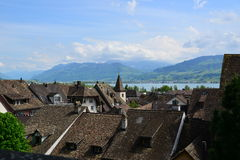 Dachspitzen und Berge Lizenzfreie Stockfotos