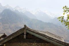 Dachspitzen und Bergspitzen Stockfotografie