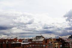 Dachspitzen und bewölkter Himmel Lizenzfreies Stockfoto