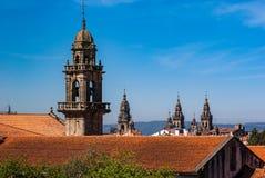 Dachspitzen und Kirchtürme der Kathedrale von Santiago de Compostela lizenzfreies stockbild