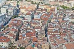 Dachspitzen und Straßen von Nizza Stockbild