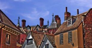 Dachspitzen: Ziegelsteine, Kaminpotentiometer und Antennen lizenzfreie stockfotografie