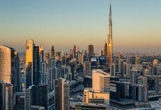 Dachspitzenansicht Dubais der Geschäftsbucht ragt bei Sonnenuntergang hoch Berühmten Dubais Markstein Stockbilder