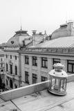 Dachspitzenansicht einer Laterne über einem kleinen Quadrat Vertikales Schwarzes a Stockfotografie