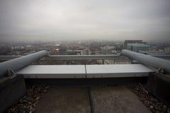 Dachspitzenansicht in Stadt Stockfotos