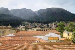 Dachspitzenansicht von La Candelaria zum Montserrate, Bogota, Kolumbien Stockfotografie