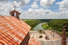 Dachspitzenansicht von Tal Altos de Chavon und von alter Kirche, dominikanisch stockfotos