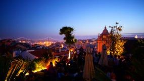 Dachspitzenbar Park in Lissabon Portugal bis zum Nacht Stockfotos