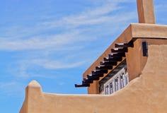 Dachspitzendetail des Gebäudes Santa Fe-luftgetrockneten Ziegelsteines Lizenzfreies Stockbild