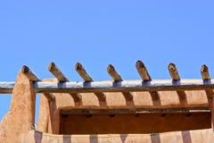 Dachspitzendetail des Gebäudes und der Holzbalken Santa Fe-luftgetrockneten Ziegelsteines Lizenzfreies Stockfoto