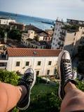 Dachspitzenfüße, die auf Italien-Küstenlinie baumeln stockfotografie