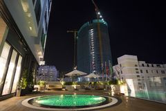 Dachspitzenschwimmbäder mit heller Beleuchtung auf dem Hotel herein Lizenzfreie Stockfotografie