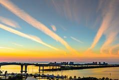 Dachspitzensonnenuntergang vom im Stadtzentrum gelegenen clearwater lizenzfreie stockbilder