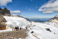 Dachstein山在有探索冰川的远足者的奥地利 免版税库存照片