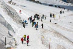 Dachstein山在有远足者的奥地利冰川的 图库摄影