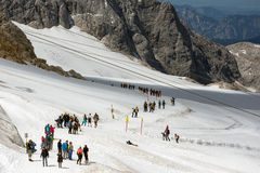 Dachstein山在有远足者的奥地利冰川的 库存图片