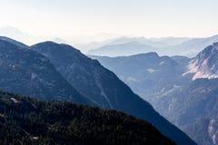 从Dachstein山,观看平台,奥地利的5个手指的美好的阿尔卑斯视图 图库摄影