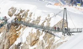 Dachstein, Αυστρία - τον Ιανουάριο του 2018: τουρίστες που διασχίζουν skywalk τη γέφυρα σχοινιών, Dachstein, Αυστρία Στοκ εικόνα με δικαίωμα ελεύθερης χρήσης