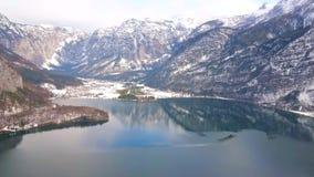 Dachstein fjällängar och Hallstattersee sjö, Hallstatt, Österrike lager videofilmer
