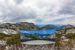 Dachstein panorama med informationstecknet Arkivfoton
