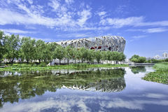 Dacht het Olympische Stadion van het vogel` s Nest in een vijver, Peking, China na Stock Afbeeldingen