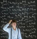 Denkender Geschäftsmann mit Kreide stellt in Frage, was warum wenn wo wer und wie Lizenzfreie Stockfotos