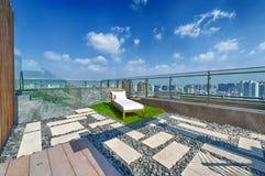 Dachterrasse mit Jacuzzi- und Sonnenruhesessel Stockfotos