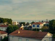 Dachy domy blisko morza Obraz Royalty Free