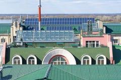 Dachy domy z panel słoneczny dla czystej energii w mieście na słonecznym dniu fotografia stock