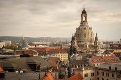 Dachy i Frauenkirche w Drezdeńskim na chmurnym dniu w jesieni obrazy stock