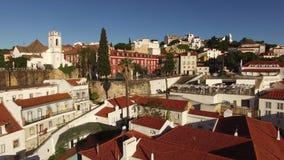 Dachy i przesmyk ulicy Alfama w starym Lisbon przy ranku widok z lotu ptaka zbiory wideo