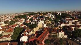 Dachy i przesmyk ulicy Alfama w starym Lisbon przy ranku widok z lotu ptaka zdjęcie wideo