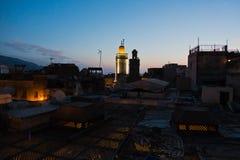 Dachy przy Medina i Bou Inania meczetem górują przy błękitną godziną, Medina fez, Maroko Zdjęcia Stock