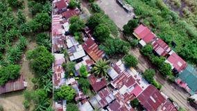 Dachy slamsy i dzikiego lokatora domy budowali wzdłuż kolejowej drogi Truteń antena zbiory wideo