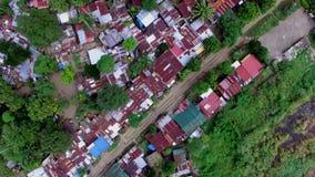 Dachy slamsy i dzikiego lokatora domy budowali wzdłuż kolejowej drogi Truteń antena zdjęcie wideo