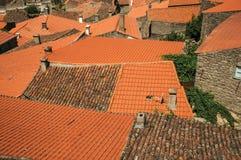 Dachy starzy kamienni domy i kominy przy Monsanto obrazy stock